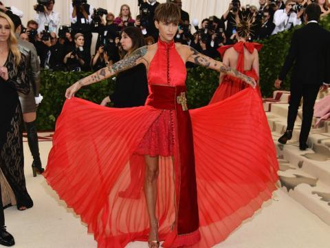 Chica vestido rojo