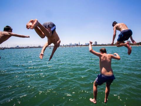 Chicos saltando al mar.