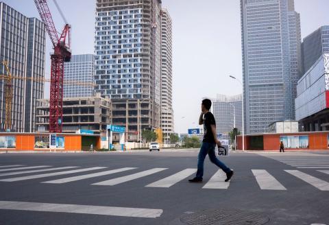 Obras en construcción y calles desocupadas en la bahía de Xiangluo, un nuevo distrito comercial gigante en construcción en Tianjin (China).
