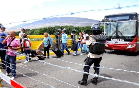 Los colombianos llegan al puente Simón Bolívar después de que el presidente venezolano, Nicolás Maduro, ordenó el aumento de las deportaciones, en Cúcuta, Colombia, el 24 de agosto de 2015.