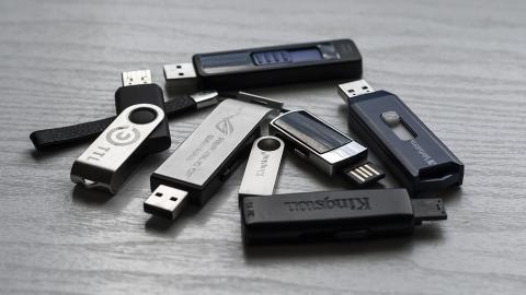 Dispositivos de almacenamiento USB.