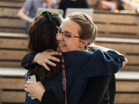 Dos amigas se abrazan