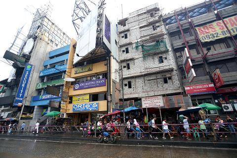 Vista de una calle concurrida en el Mall of Asia Arena tomada el 27 de noviembre de 2014 en Manila, Filipinas.