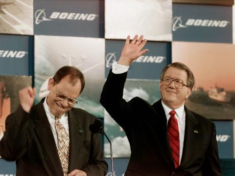 El entonces presidente y CEO de Boeing Phil Condit (izq.) y el entonces presidente y CEO de McDonnell Douglas Harry Stonecipher (dcha.).