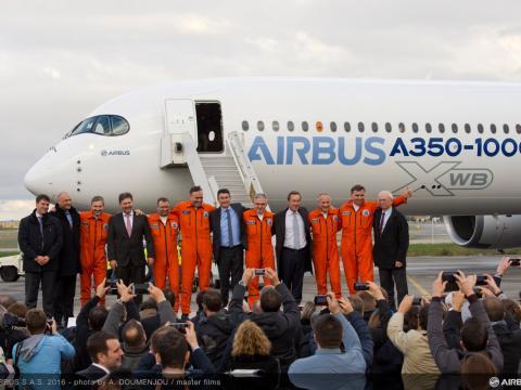 Equipo de Airbus delante del Airbus A350