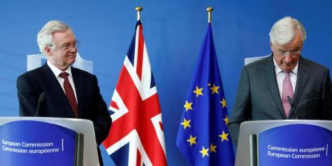 El secretario británico para el Brexit, David Davis, y el negociador jefe comunitario, Michel Barnier.