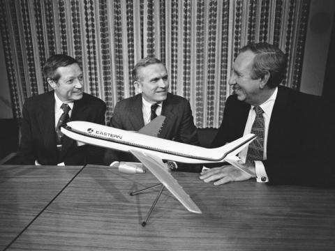 El exastronauta y CEO de las aerolínea Eastern Airlines Frank Borman, en el centro.