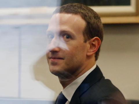[RE] El CEO de Facebook, Mark Zuckerberg.