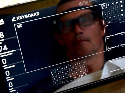 Fotografía genérica de un hombre con unas gafas de realidad virtual delante de una pantalla