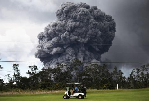 Un golfista en su caddy