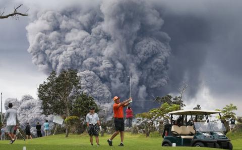 Golfistas indiferentes a la erupción del volcán Kilauea en Hawái