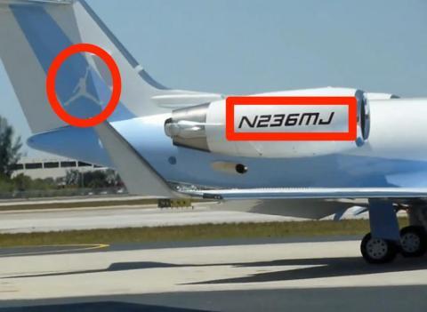 Tiene un jet privado. Está pintado en azul de Carolina y el número de bastidor incluye su número en la camiseta (23) y el número de títulos (6) [RE]