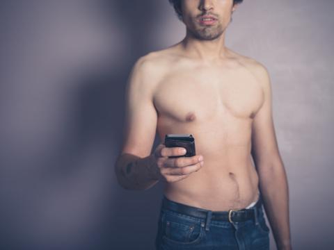 Hombre sin camiseta movil