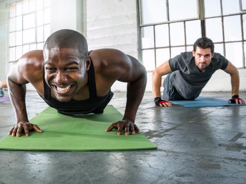 Hombres haciendo flexiones