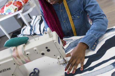 Ikea lanza Återställa en las principales tiendas de Madrid, una colección de cojines a través de la cual promueve la inserción laboral de mujeres en riesgo de exclusión social.