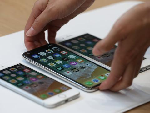 Ante el precio del iPhone X, Wozniak asegura que no hay unas cuantas personas en Apple o Amazon que tomen esas decisiones.