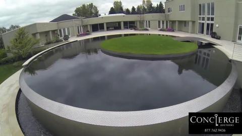 Tiene su propia pista de baloncesto, así como una piscina con un green en el medio