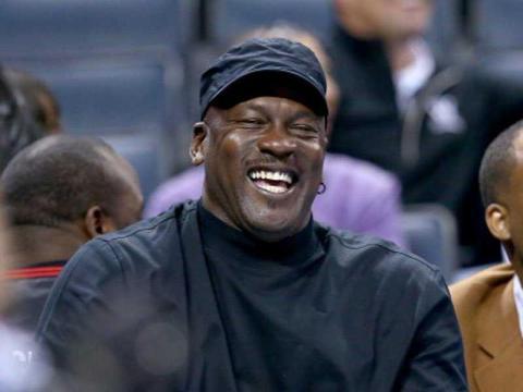 Jordan compró los Charlotte Hornets por 275 millones de dólares en 2010. Ahora valen más de 1.000 millones y él posee el 90% de la franquicia [RE]