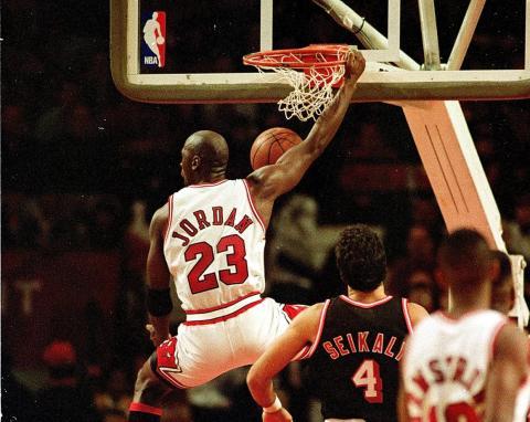 Jordan quería firmar con Adidas, pero le rechazaron porque preferían jugadores de más de siete pies de alto [RE]