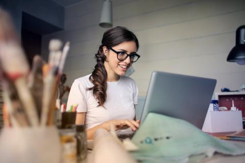 Una joven con un ordenador.