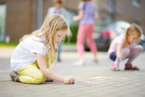 El juego no estructurado les da a los niños la oportunidad de aprender y experimentar.
