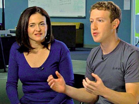 A finales de 2007, Zuckerberg conoció a una ejecutiva de Google llamada Sheryl Sandberg en una fiesta de Navidad.