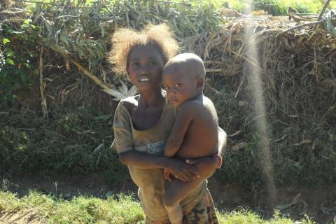 Madagascar niña con bebé
