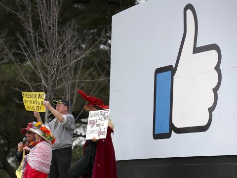 Manifestación a las puertas de Facebook