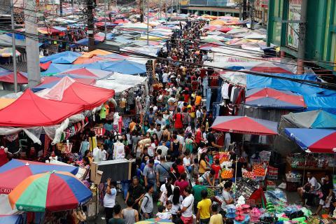 La gente se va de compra antes de la celebración del Año Nuevo en un mercado callejero en Divisoria, Manila, Filipinas, el 29 de diciembre de 2017.