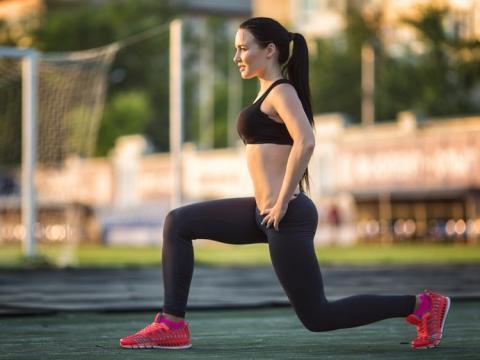 Mujer deportista haciendo ejercicio