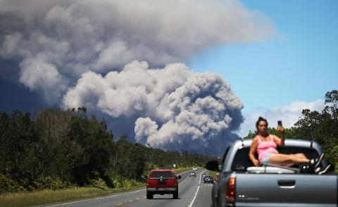 Una mujer se hace un selfie con la nube de cenizas