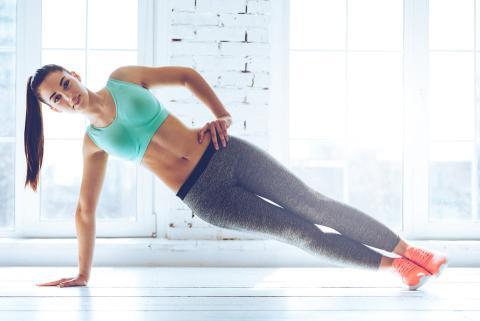 Mujer haciendo plank lateral