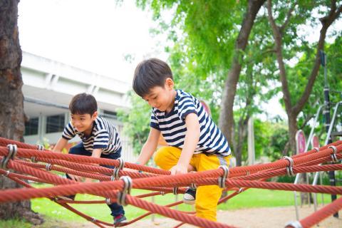 Cuando los niños pasan tiempo al aire libre, se vuelven más tranquilos y felices