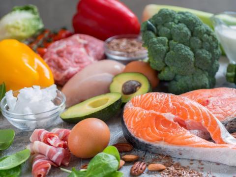 Una dieta saludable es una forma clave de reducir la grasa corporal.