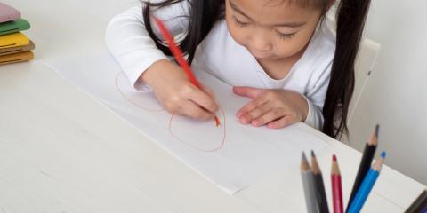 Una niña dibujando