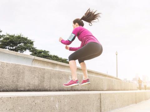 Uno de los movimientos favoritos de Maloney de alta intensidad, pliométricos y con forma de ráfaga es el salto en cuclillas.