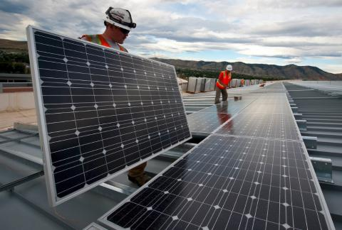 Operarios instalando paneles solares.