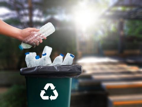 persona reciclando plástico