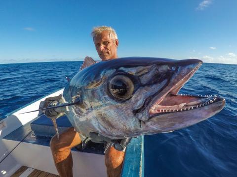 Un pescador enseñando su presa