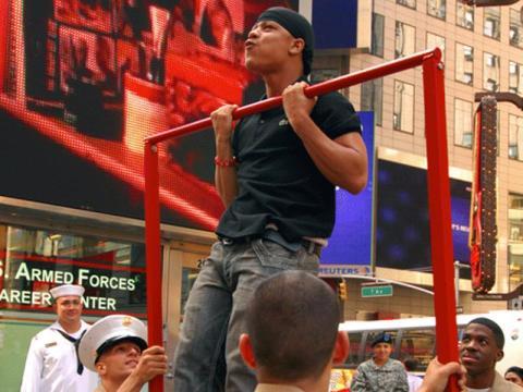 Las flexiones y dominadas son otros dos movimientos clásicos que son entrenamientos de cuerpo completo.