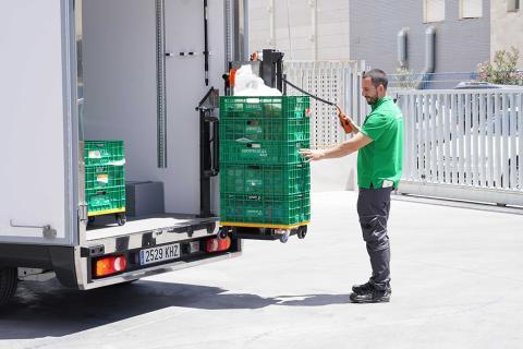 Repartidor con vehículo 3 temperaturas y descarga mecanizada en València.