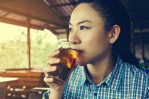 Las bebidas llenas de azúcar también pueden ser peligrosas. El azúcar está relacionado con más casos de cáncer, e incluso hay alguna prueba de que puede ayudar a que los tumores crezcan más rápido y de manera más agresiva.