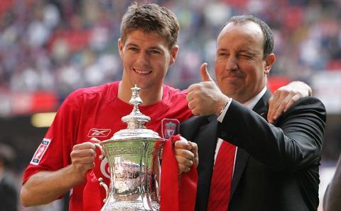 Steven Gerrard y Rafa Benítez en 2005
