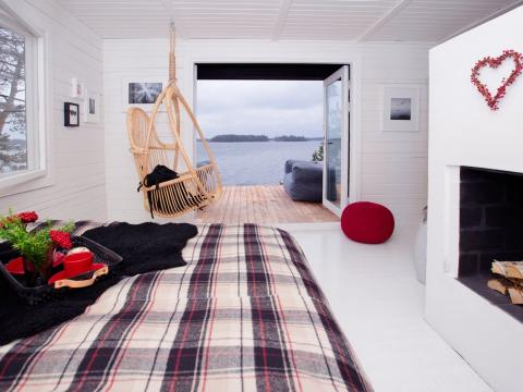 Roth integró piezas de la cultura finlandesa en la isla, incluyendo el estilo de diseño interior finlandés