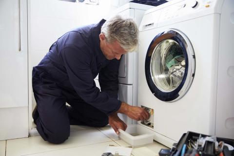 Técnico arreglando la lavadora