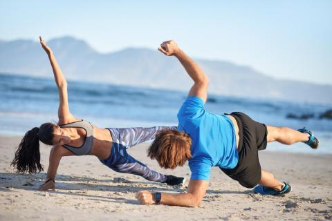 Con estos siete ejercicios, puedes construir un circuito simple de ejercicios de flexiones, tablas, saltos de sentadilla, burpees, flexiones y más.  Maloney sugiere acelerar cada ejercicio durante 30 segundos y luego darte 30 segundos de ejercicio.