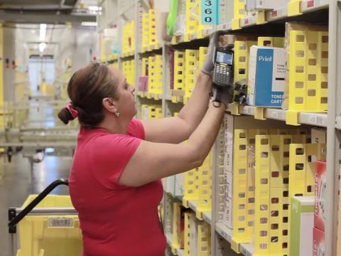 Una trabajadora de Amazon escaneando productos