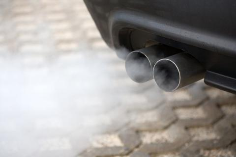 Tubo de escape echando humo