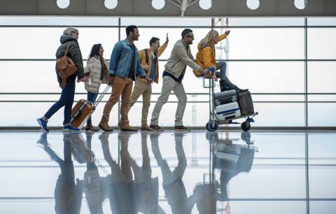 Viajeros en un aeropuerto esperando por el avión