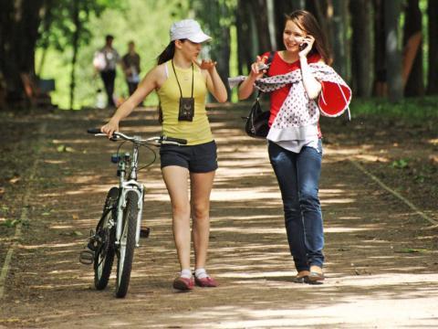 Si bien es importante hacer una buena sesión de ejercicios sudorosos, matarte en el gimnasio o en la pista no será útil si te quedas sentado el resto del día.